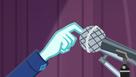 Mano de cinch en el microfono