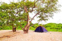 50854035-pequeño-campamento-con-una-configuración-de-tienda-de-campaña-para-dos-personas-en-arena-en-la-playa-el-fondo
