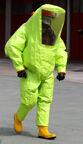 Persona-con-las-botas-de-goma-amarillas-y-amarillas-antis-t-del-traje-de-la-radiación-41119207