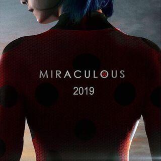 Starý <i>2019</i> teaser plakát který byl viděn na Los Angeles Comic-Conu.