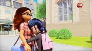 Animan Marinette abrazando a Alya