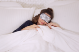 Miranda-Kerr-in-bed-with-sleep-mask-on-831px.png.0a5f64d828a3b495cfbd86d4a46ddea8