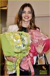 Miranda-kerr-gets-tons-of-flowers-at-haneda-airport-05