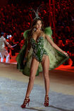 Miranda-kerr-runway-victorias-secret-fashion-show-wenn-11011209