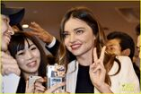 Miranda-kerr-gets-tons-of-flowers-at-haneda-airport-04