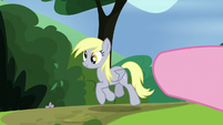 Pinkie Pie pointing at Derpy S7E4