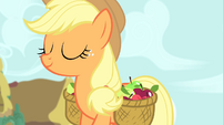 Applejack walking S4E13