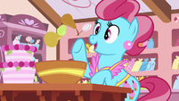 Mrs. Cake tossing candied pears in a bowl S7E13