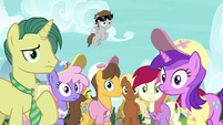 Ponies looking blankly at Twilight Sparkle S7E14