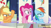 Rainbow Dash listening to Twilight S9E4