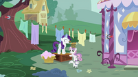 Rarity and Sweetie Belle near the line of clothes S2E05
