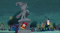 Trixie's statue S3E05