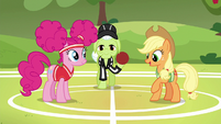 Applejack --meet in the middle of the field-- S6E18