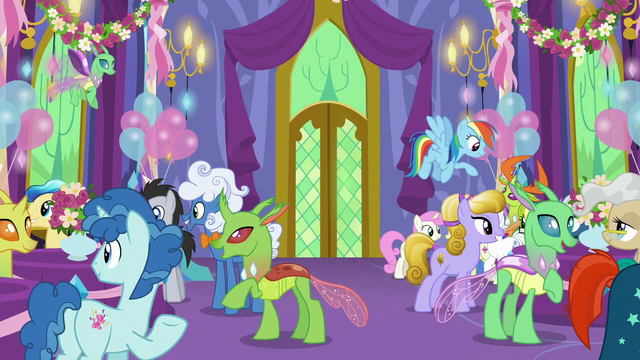File:Ponies and changelings mingle in the throne room S7E1.png