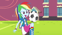 Rainbow Dash jogando futebol EG