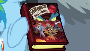 Rainbow Dash segurando o livro da Ousada Ativa T4E04