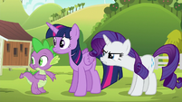 Rarity glaring at Applejack S6E10