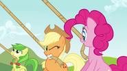 S03E03 Applejack puszcza oczko do Pinkie