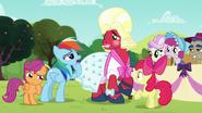 S05E17 Rainbow Dash patrzy podejrzliwie na Orchard Blossom