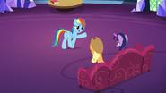 S07E23 Rainbow rozmawia Twilight i Applejack o tym, że nie lubi ciast
