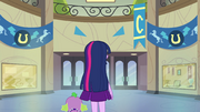 Twilight e Spike no saguão vázio EG