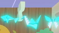 Folded napkins flying around S7E12