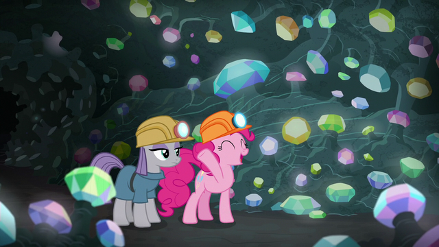File:Pinkie Pie presents gems to Maud Pie S7E4.png