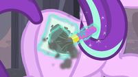 Starlight pinta una Cutie Mark de signo de igual en su costado EMC-P2