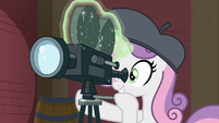 Sweetie Belle operating a movie camera S9E22