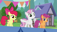 Sweetie Belle points at the obstacle course S7E21