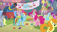 Pinkie gives Rainbow a pie for her birth-iversary S7E23