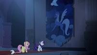 S04E03 Rarity i Fluttershy znajdują gobelin z Luną