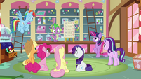 Spike explains the situation to ponies S8E2