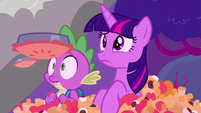 Twilight and Spike in the middle of pie rain S5E26