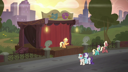Applejack builds a smaller stage S5E16