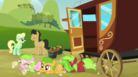 Three fillies come out from the carriage S3E08