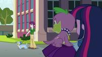 Twilight e Spike recebendo olhares estranhos EG