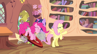 Pinkie Pie enters the library S4E11