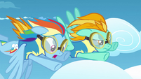 Rainbow Dash sees crash S3E7