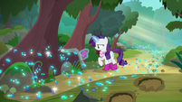 Rarity dumping dirt out of her boot S8E17