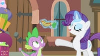 Rarity presents a hot dog to Spike S4E08