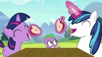 Twilight and Shining about to eat apples S9E4