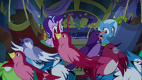 Flock of birds in Trixie's wagon S8E19