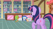 Twilight arrumando os brinquedos