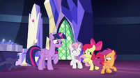 Twilight looking amused at Scootaloo S8E6