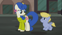 Foal wants to watch the play S5E16