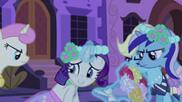 Rarity levitating the bouquet S2E26