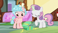 Sweetie Belle closing Mrs. Cake's gift box S8E12