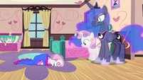 Younger Sweetie Belle falls over S4E19