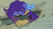 Pharynx standing on the maulwurf's paw S7E17